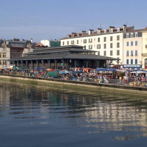 Les halles, point de repère sur le quai Roquebert de Bayonne