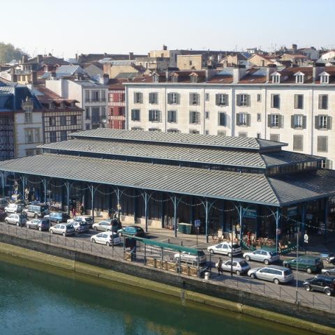 La toiture en zinc confère au projet un caractère contemporain tout en l'intégrant parfaitement dans le site
