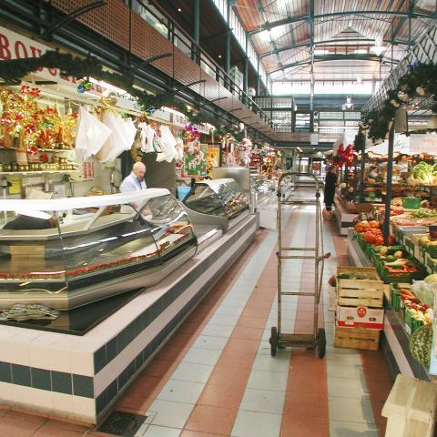 Les commerçants accueillent le public dans une atmosphère chaleureuse et lumineuse