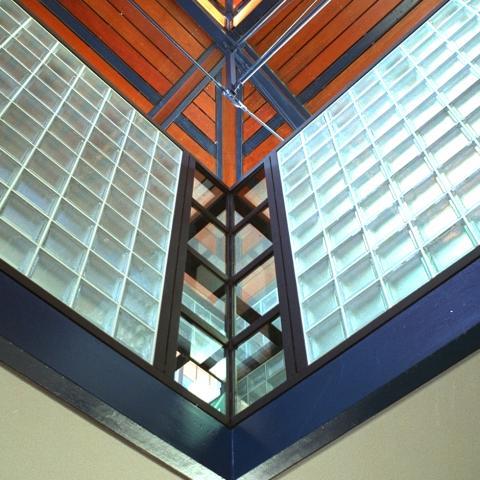 Détail intérieur de la charpente métallique, permettant à la lumière de pénétrer à l'intérieur