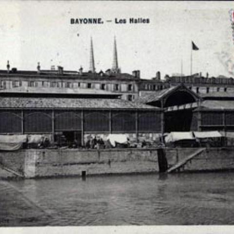 Les halles autrefois,  effondrée en 1860 avant le marché-parking